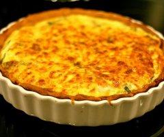 Herzhaften Zwiebelkuchen in der Tarteform selber machen - mit luftig-leckerem Hefeteig