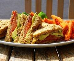 Frühlingsleckereien - Salate im Glas, frische Sandwiches und
